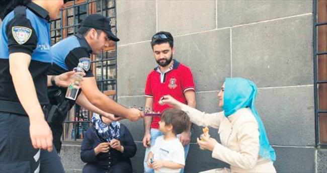 Sur'da polis vatandaşla bayramlaştı