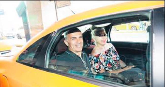Taksi şoförüne yardım etti