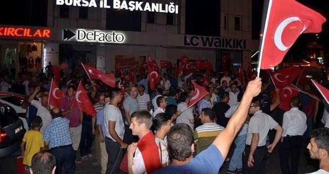 Bursa'da vatandaşlar meydanlara iniyor