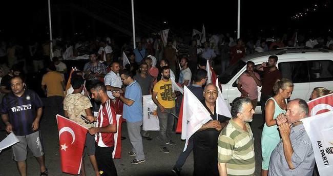 Antalya vatandaşlar askeri kalkışmaya tepki gösterdi