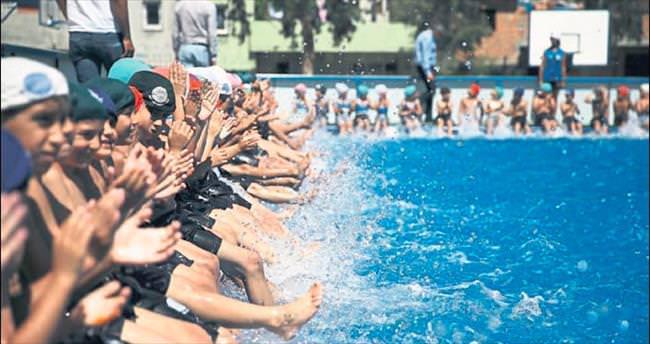 Yüzme havuzları dolup taşıyor