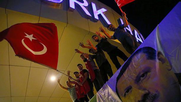 Vatandaşlar Atatürk Havalimanı önünde toplanıyor