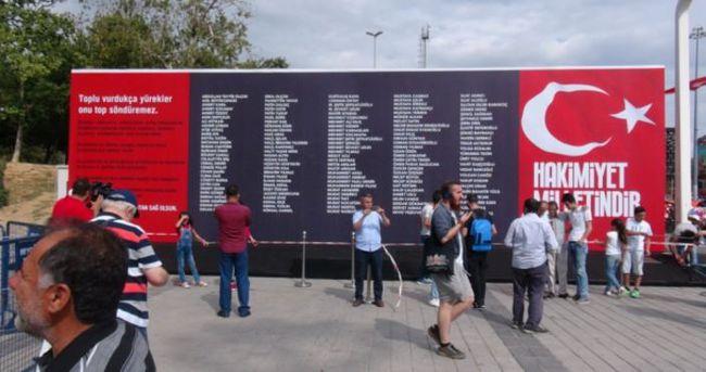 Taksim Meydanı'na demokrasi şehitlerinin isimlerinin yazılı olduğu pano konuldu