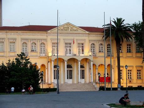 İzmir'de binden fazla MEB çalışanı açığa alındı!