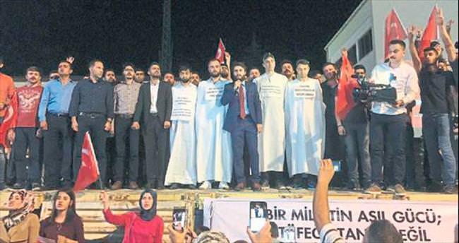 Demokrasi nöbetine kefenle katıldılar