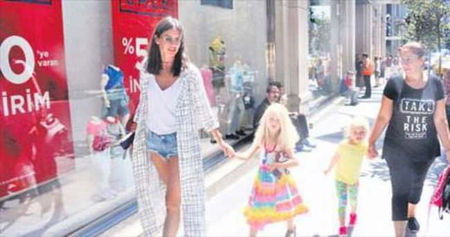 Yasemin Özilhan kızlarıyla alışverişte