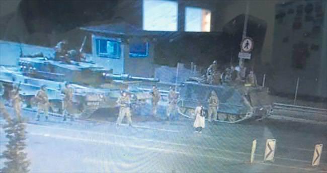 Tanktan ateş edenlere karşı direnen kadın