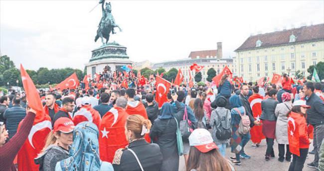 'Dik dur eğilme Viyana seninle'