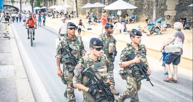 Askerler Paris sokaklarında
