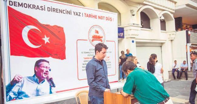 Büyükşehir'in demokrasi standı büyük ilgi görüyor