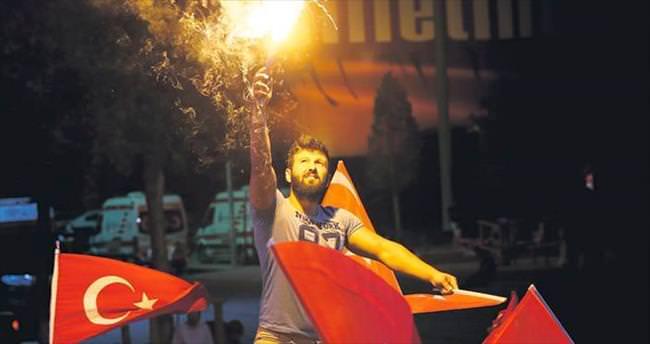 Demokrasi ışığı aydınlatıyor geceyi
