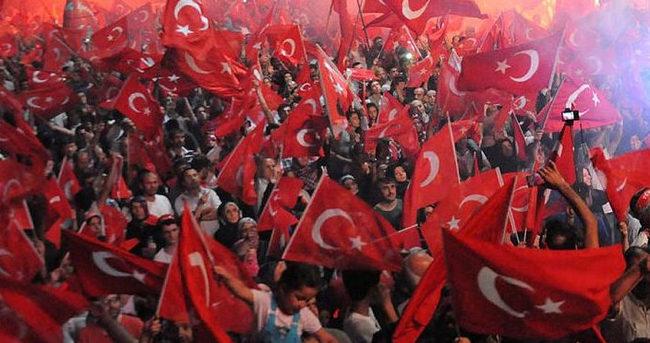 İzmir'de demokrasi nöbetine devam
