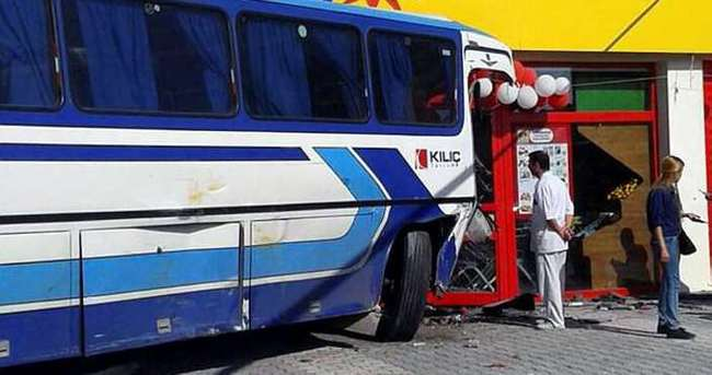 Otobüs 2 araç ve markete çarptı: 13 yaralı