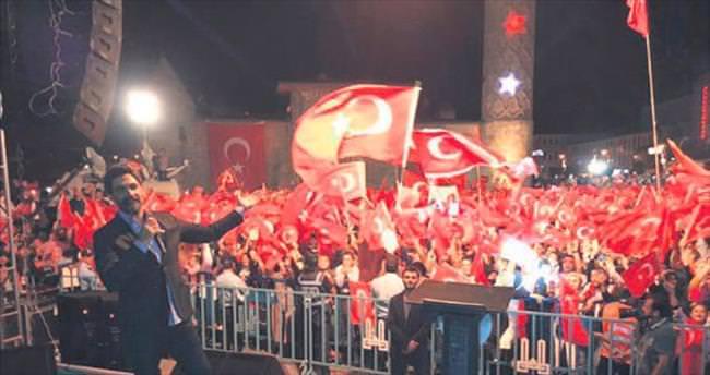 Demokrasiye sahip çıkmak için Anadolu'yu dolaşıyor
