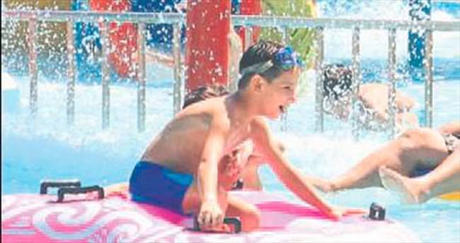Sıcaktan bunalan havuzlara koştu