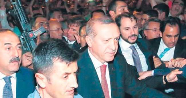 Erdoğan, Külliye'de demokrasi nöbetine katılanları selamladı