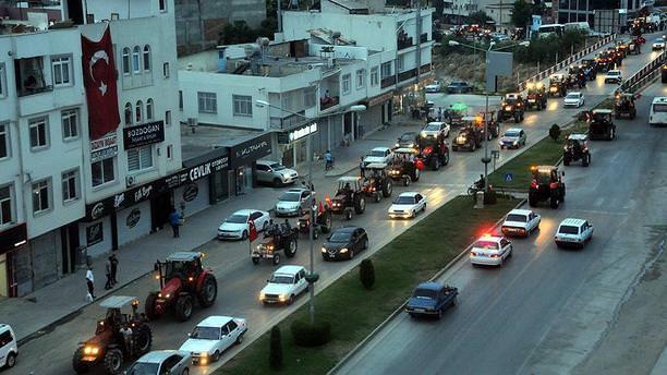 400 traktörle FETÖ'nün darbe girişimi protesto edildi!