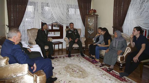 Genelkurmay Başkanı Akar'dan şehit evine taziye ziyareti