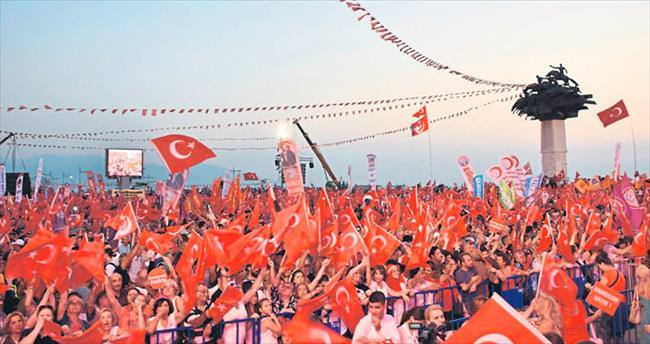 Demokrasi mitinginde birlikte bayrak açtılar
