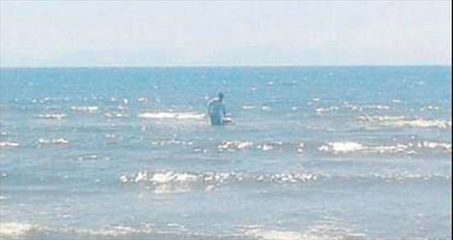 Şaşkın midyeci zabıta görünce denize kaçtı