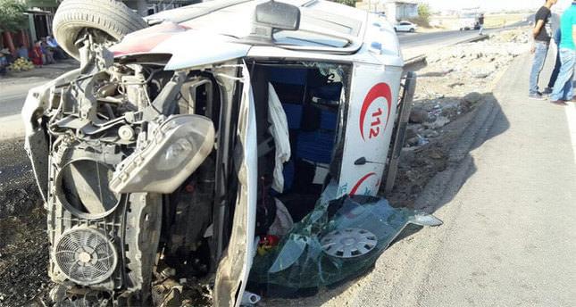 Ambulans ile kamyonet çarpıştı: 9 yaralı
