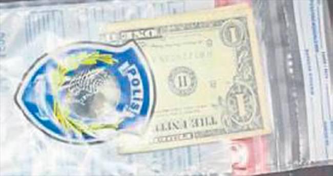 Polisin evinde 'okunmuş' 1 dolar çıktı