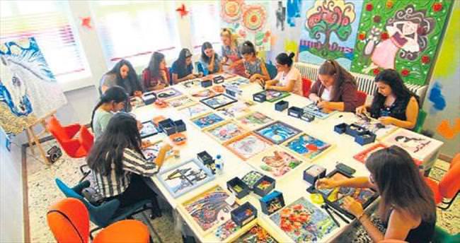 Kursta mozaik sanatının inceliklerini öğreniyorlar