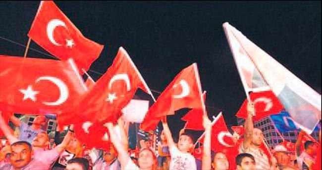 Binlerce başkentli demokrasi nöbetinde