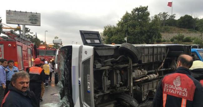 Üsküdar'da yolcu otobüsü devrildi!