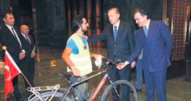 Bisikletiyle Külliye'ye girdi