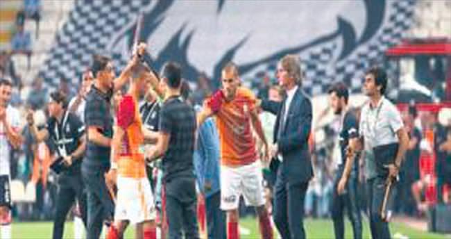 Poldi ilk resmi maçta sakatlandı