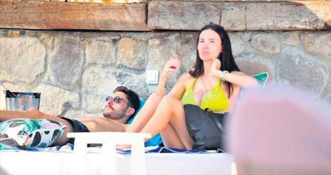 Ünlü futbolcu eşiyle tatilde