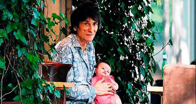 Yıllarca gitar tutan eller 69'unda bebek taşıyor