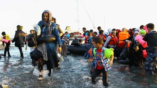 400 mülteciyi karşılarında görünce paniklediler!