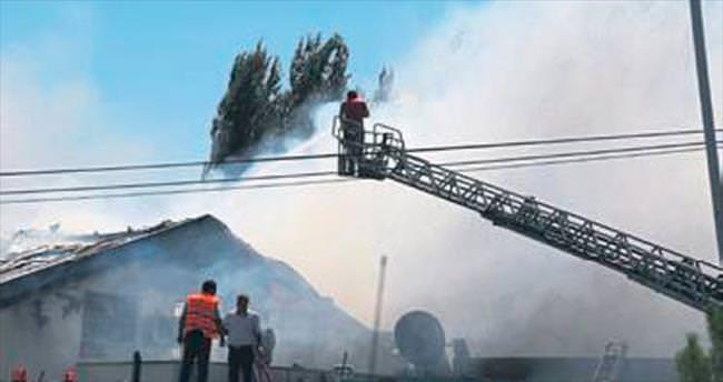 Kasa fabrikası alevlere yenildi