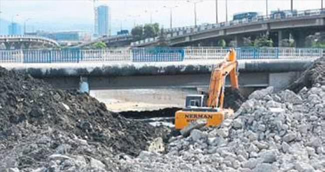 Konak'taki Meles Köprüsü yıkıldı