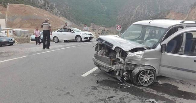İki araç kafa kafaya çarpıştı: 8 yaralı