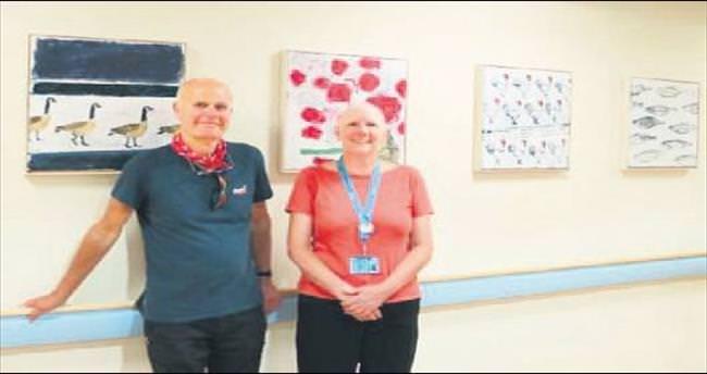 Tablolarını kanser hastanesine bağışladı