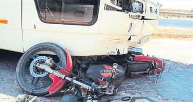 Tur otobüsüyle motosiklet çarpıştı