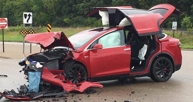 Tesla Model X ile kaza yapan sürücüden Tesla'ya teşekkür
