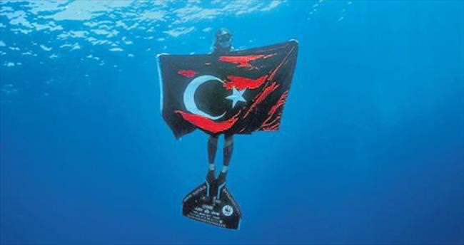 Su altında 30 Ağustos mesajı