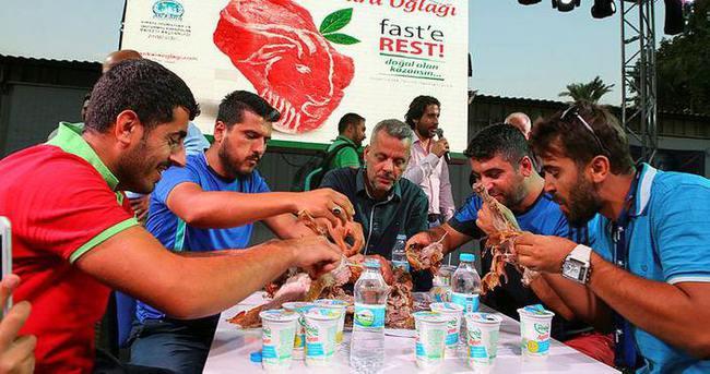 İzmir'de oğlak yeme yarışması yapıldı