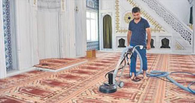 Camilerde bayram temizliği yapılıyor