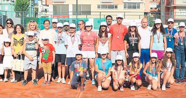 Sağlıkçılar teniste kıyasıya yarıştı