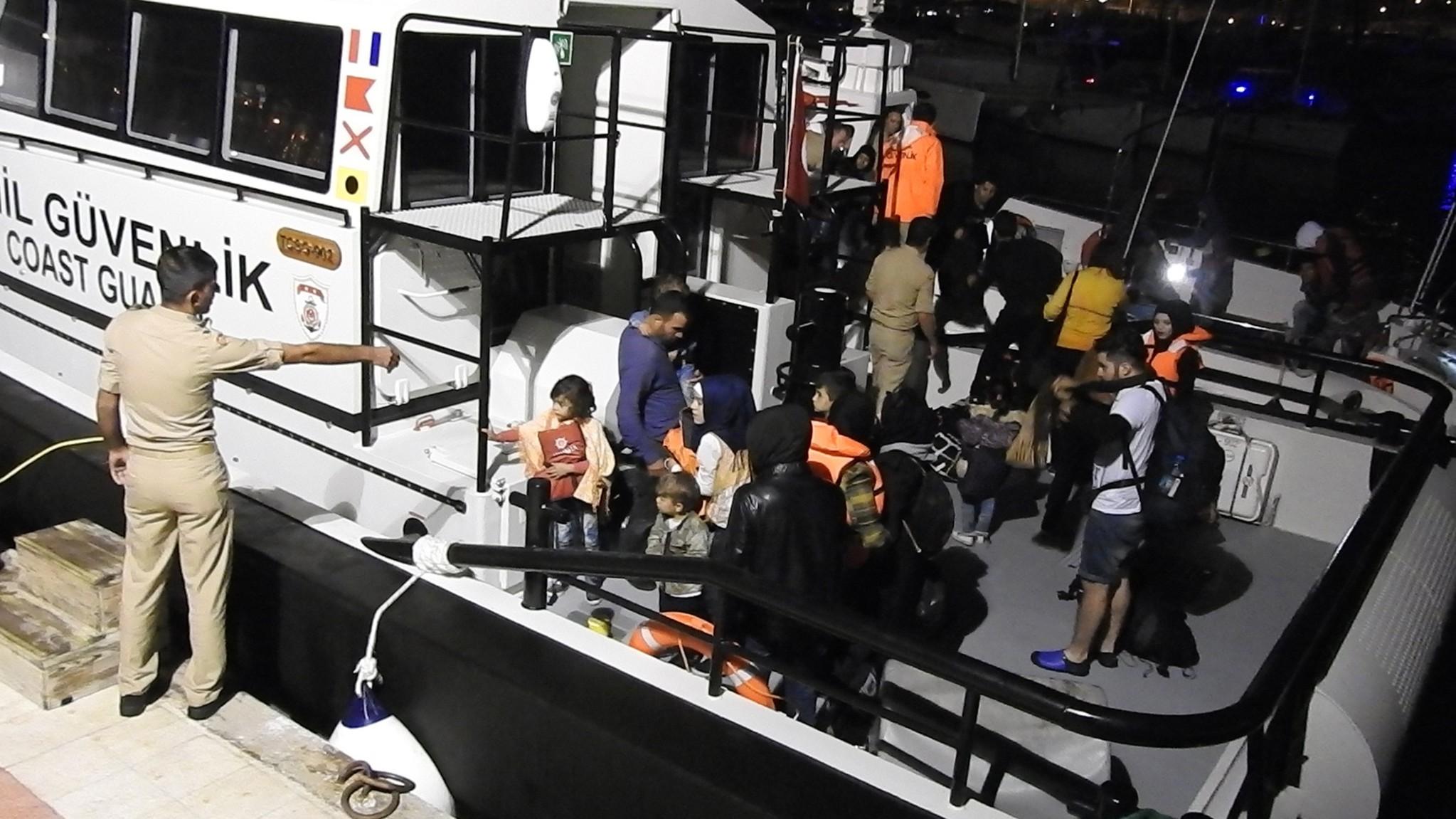 Akıntıya kapılan teknedeki kaçak göçmenler kurtarıldı