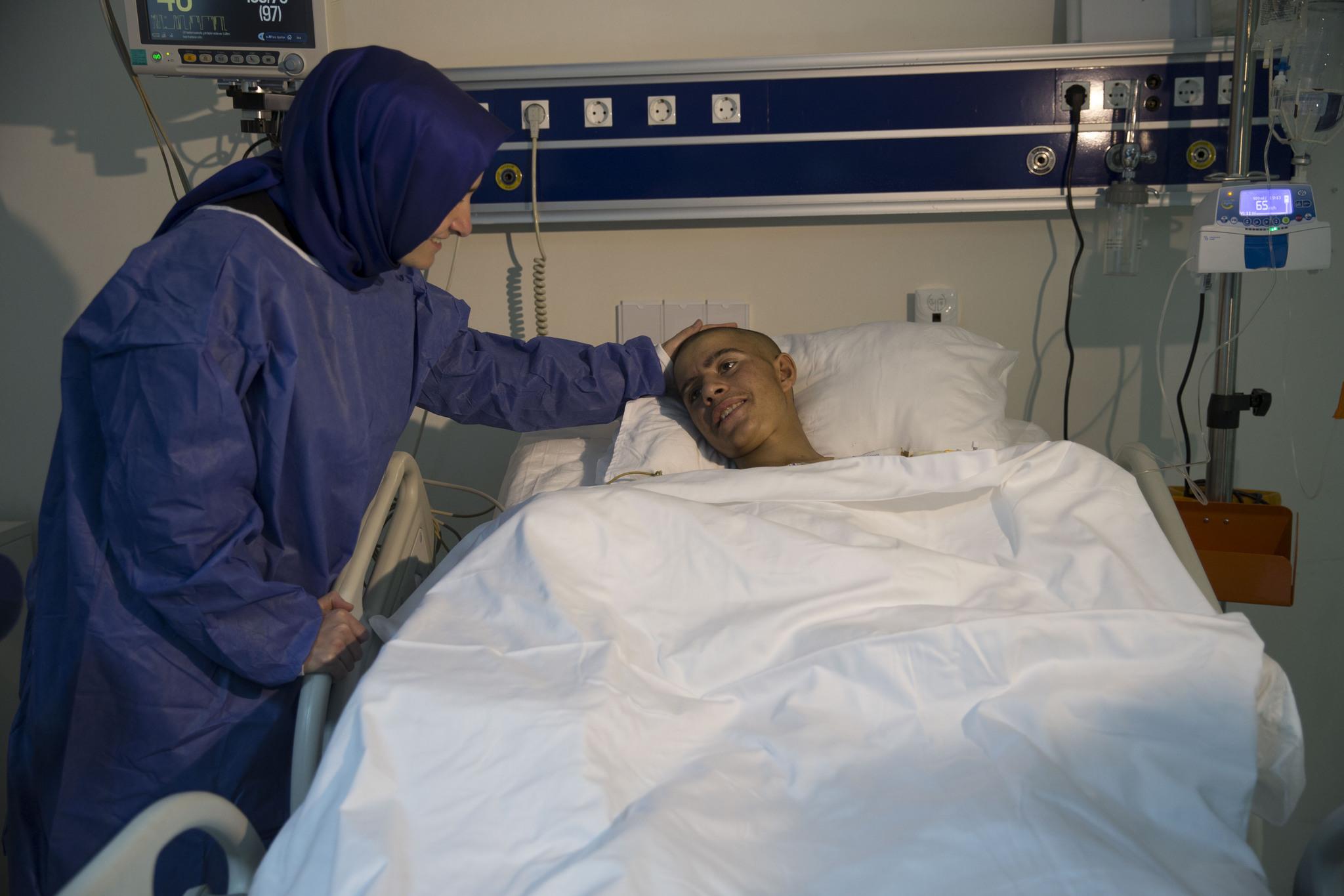 Bakan Kaya kuşu kurtarırken ellerini kaybeden Ramazan ı ziyaret etti
