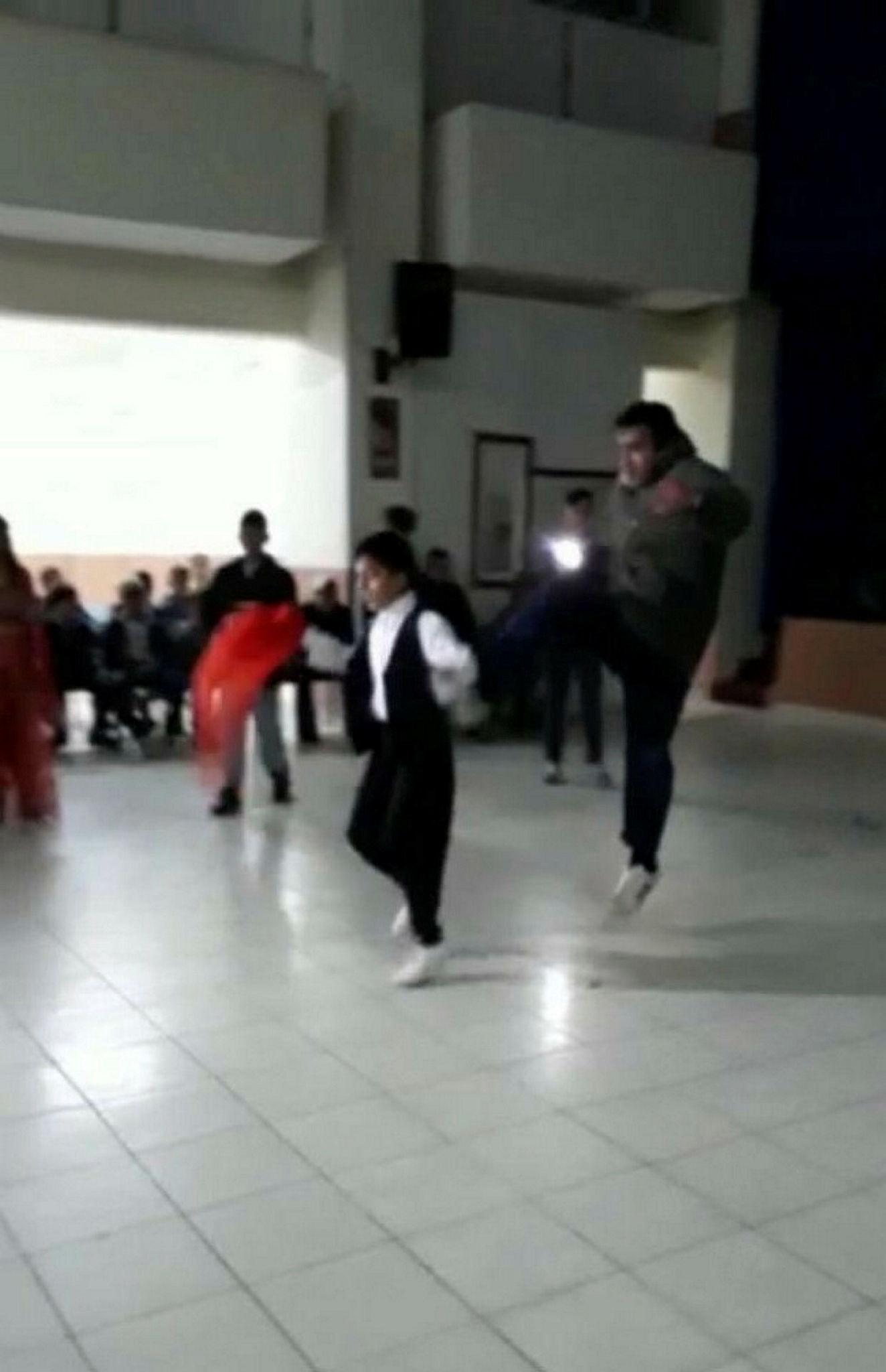 Düğünde oynayan çocuğa tekme