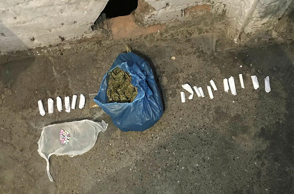 Parayı kapı altından alıp, uyuşturucuyu çatıdan atıyorlardı
