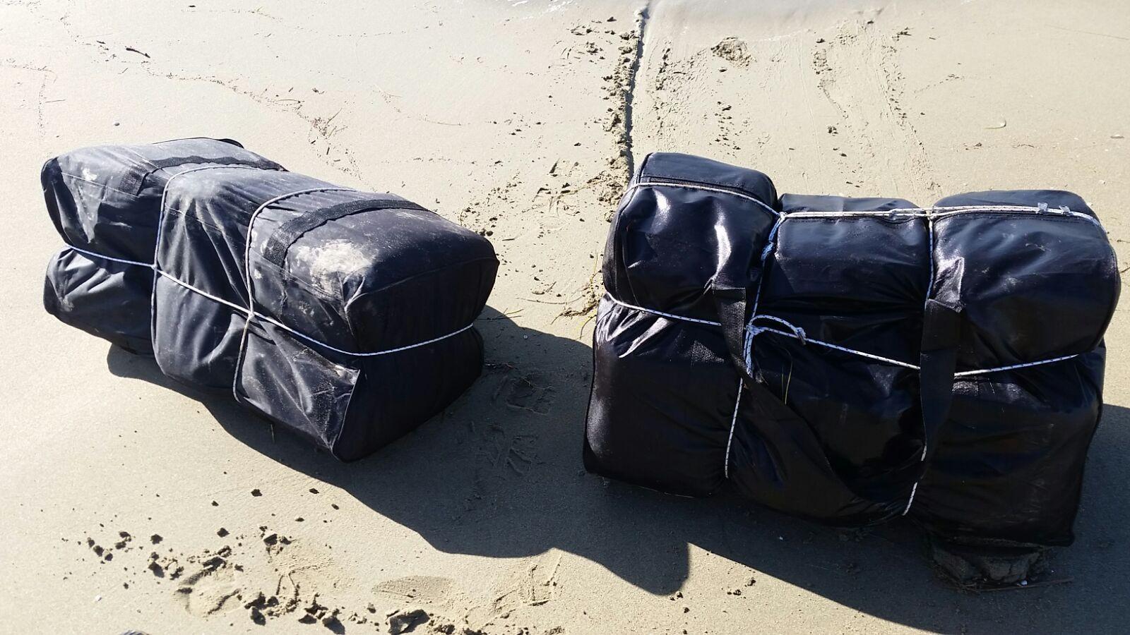 Deniz kıyısında içi dolu 51 valiz bulundu