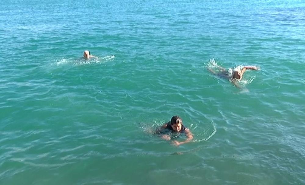 İstanbul Boğazı'nın buz gibi sularına atladılar